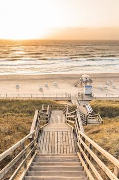 In Strandnähe, weißer Sandstrand, Strandtücher, Angeln