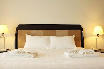 โต๊ะทำงาน, ผ้าม่านกันแสง, เตียงเสริม (คิดค่าบริการ)
