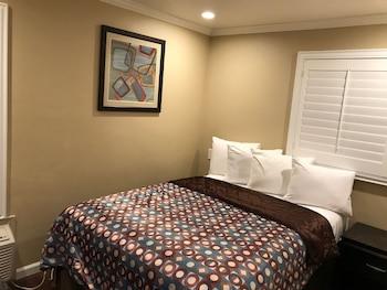 Escritorio, tabla de planchar con plancha, wifi gratis y ropa de cama