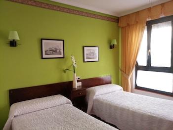 Cortinas opacas, camas supletorias (de pago), wifi gratis y ropa de cama