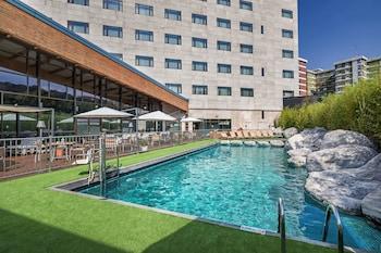 Una piscina al aire libre de temporada (de 10:30 a 20:30), sombrillas