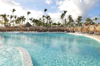 6 outdoor pools, pool umbrellas, sun loungers