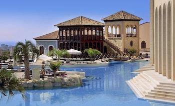 6 utendørsbassenger, bassengparasoller og solsenger
