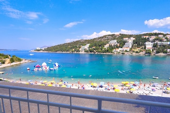 På stranden, solsenger, parasoller og snorkling