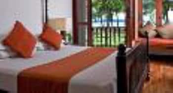 Minibar, escritorio, tabla de planchar con plancha