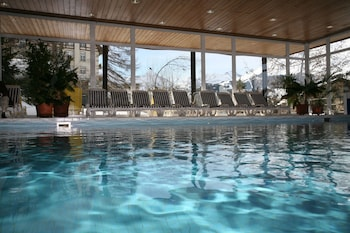 Una piscina cubierta (de 7:00 a 22:30), tumbonas