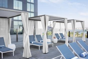 Una piscina al aire libre, cabañas de piscina (de pago)