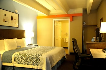 Una cassaforte in camera, una scrivania, tende oscuranti