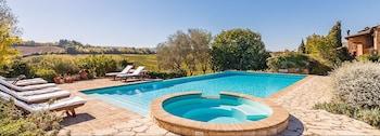 室外游泳池,07:00 至 21:00 开放,池畔遮阳伞,日光浴躺椅