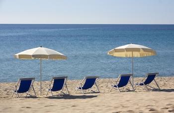 Sulla spiaggia, sabbia bianca, ombrelloni