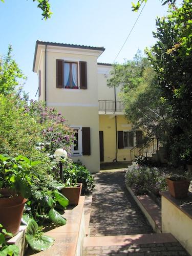 Villa Mary, La Maddalena, in Centro al Paese con Ampio Giardino