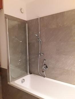 Combined shower/bathtub, deep-soaking bathtub, hydromassage showerhead
