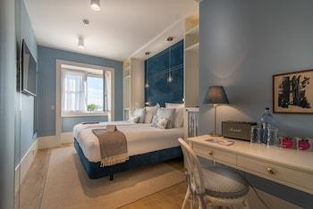 Sengetøy av topp kvalitet, dundyner, minibar og safe på rommet