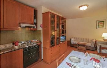 Frigorífico, placa de cocina y utensilios de cocina
