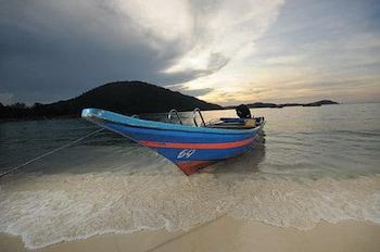 Una spiaggia nelle vicinanze, sabbia bianca, lettini da mare