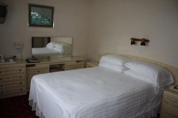 Egyptian cotton sheets, premium bedding, iron/ironing board, linens