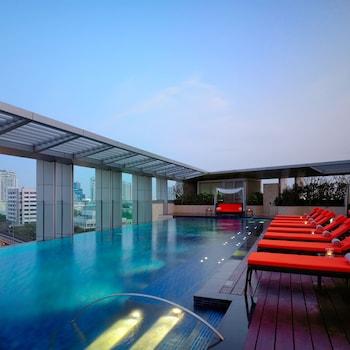 Una piscina al aire libre (de 6:00 a 22:00), sombrillas, tumbonas