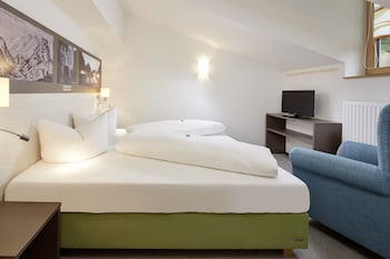Hypo-allergenic bedding, in-room safe, free WiFi
