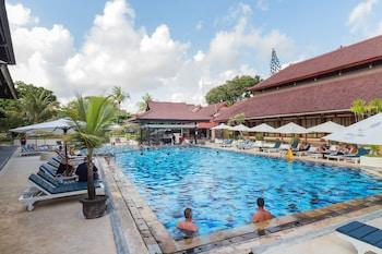 Kolam renang terbuka, payung kolam, kerusi lepak pantai