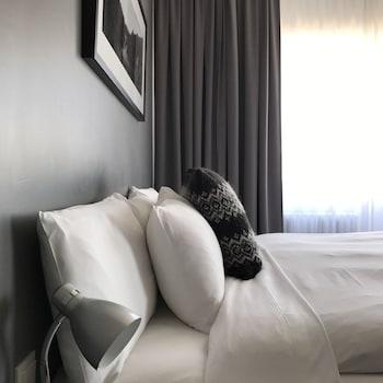 Tallelokero huoneessa, työpöytä, ilmainen Wi-Fi, vuodevaatteet