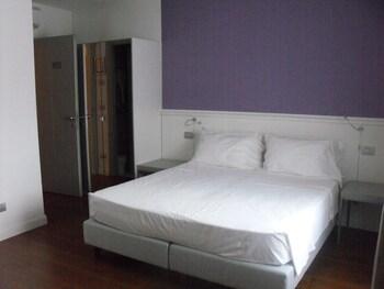 Een gratis minibar, een kluis op de kamer, individueel gemeubileerd