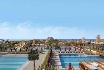 Een binnenzwembad, 5 buitenzwembaden, parasols voor strand/zwembad
